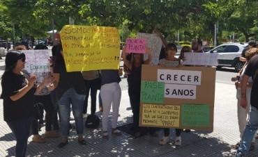 """Trabajadores de """"Crecer Sanos"""" reclamaron frente a Casa de Gobierno"""