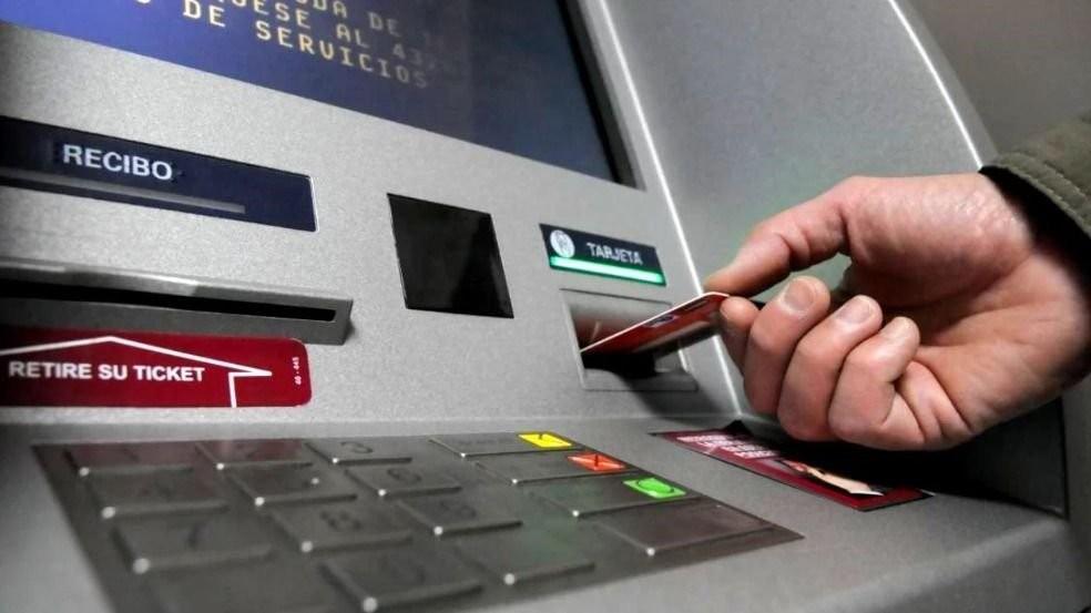 Gobierno inicia el pago de sueldos con el aumento anunciado por Quintela