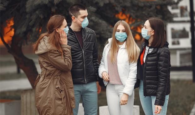 Los jóvenes que contrajeron COVID-19 no son inmunes y se pueden volver a contagiar
