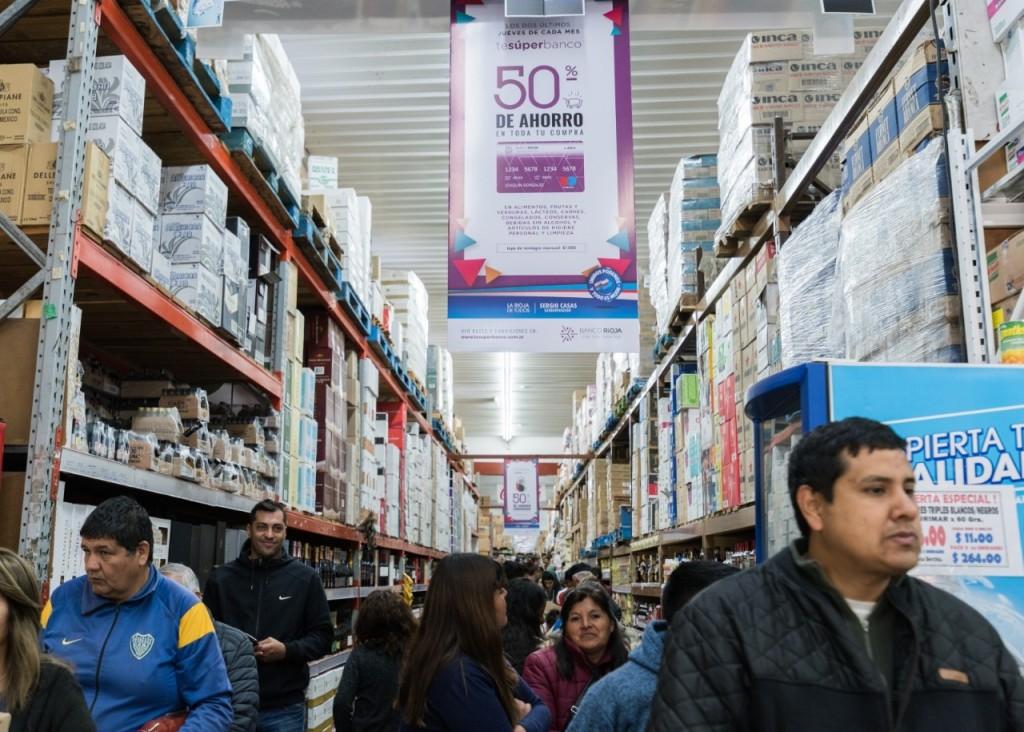 El gobierno ya reintegra el 50% de las compras efectuadas con el débito del Banco Rioja