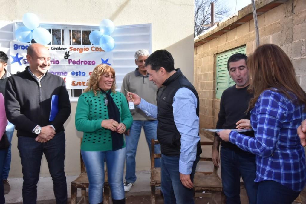 Casas visitó el Dpto. Castro Barros e hizo entrega de viviendas y vehículos
