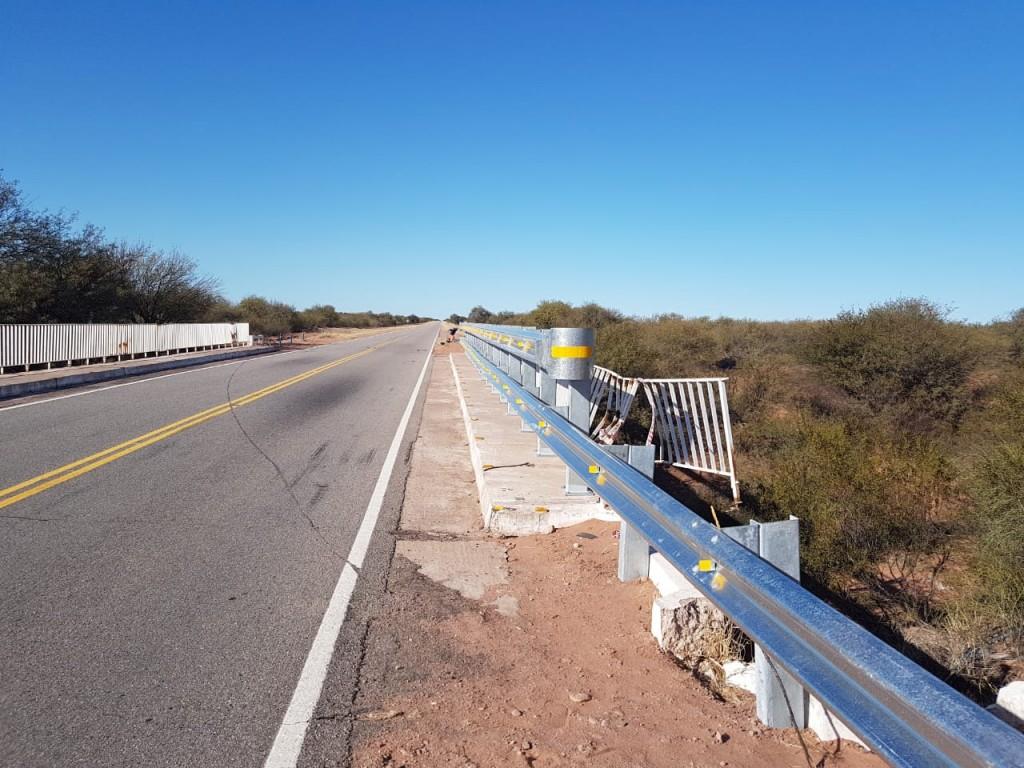 Vialidad recambia barandas de alto impacto en puentes