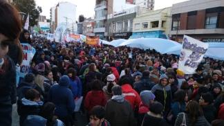 Chubut promete pagar los sueldos de julio, pero siguen los cortes de ruta