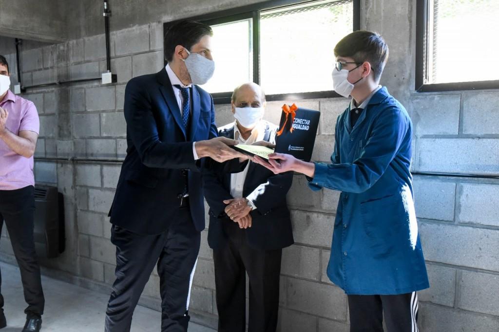 Trotta entregó computadoras a estudiantes de Berazategui y La Rioja