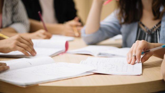 Lanzan un programa de formación universitaria para 35.000 docentes de todo el país