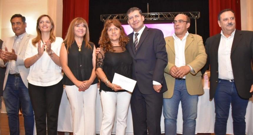 El gobernador Casas participó de la entrega de microcréditos