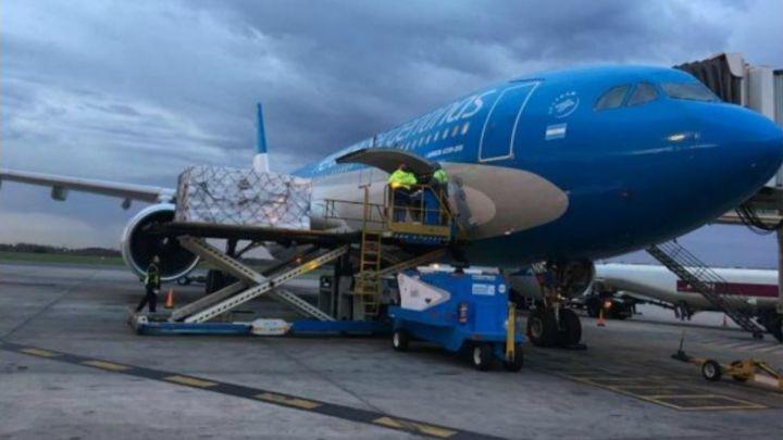 Un vuelo de Aerolíneas Argentinas parte esta tarde a Rusia a buscar las primeras dosis de las vacunas