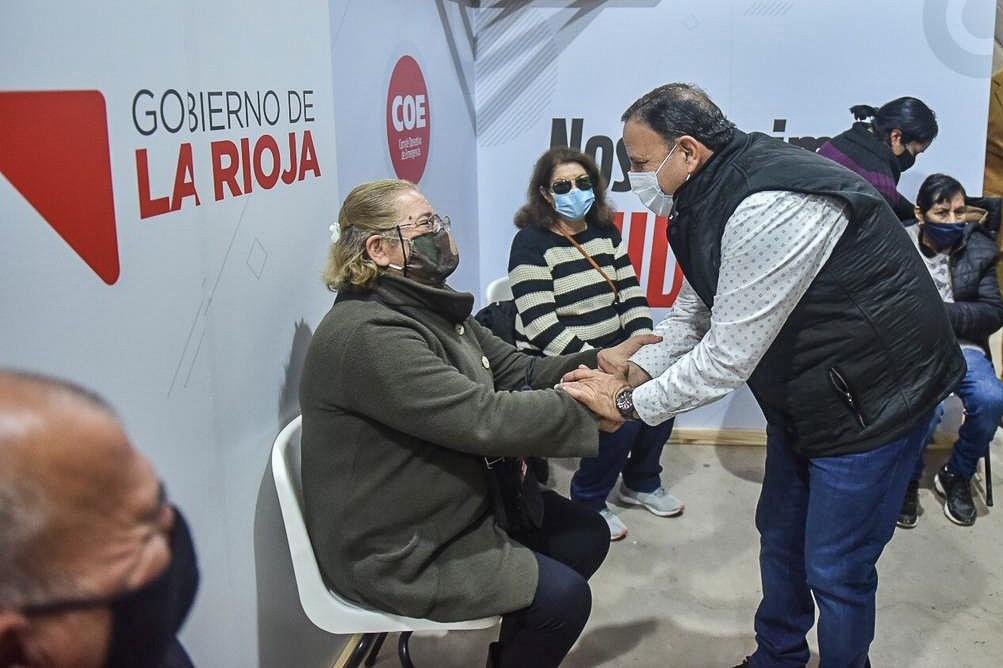 Quintela junto al ministro Ferraresi visitaron el vacunatorio del Superdomo