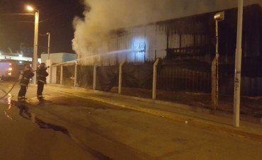 Voraz incendio consumió el local Dash en el predio del Changomas