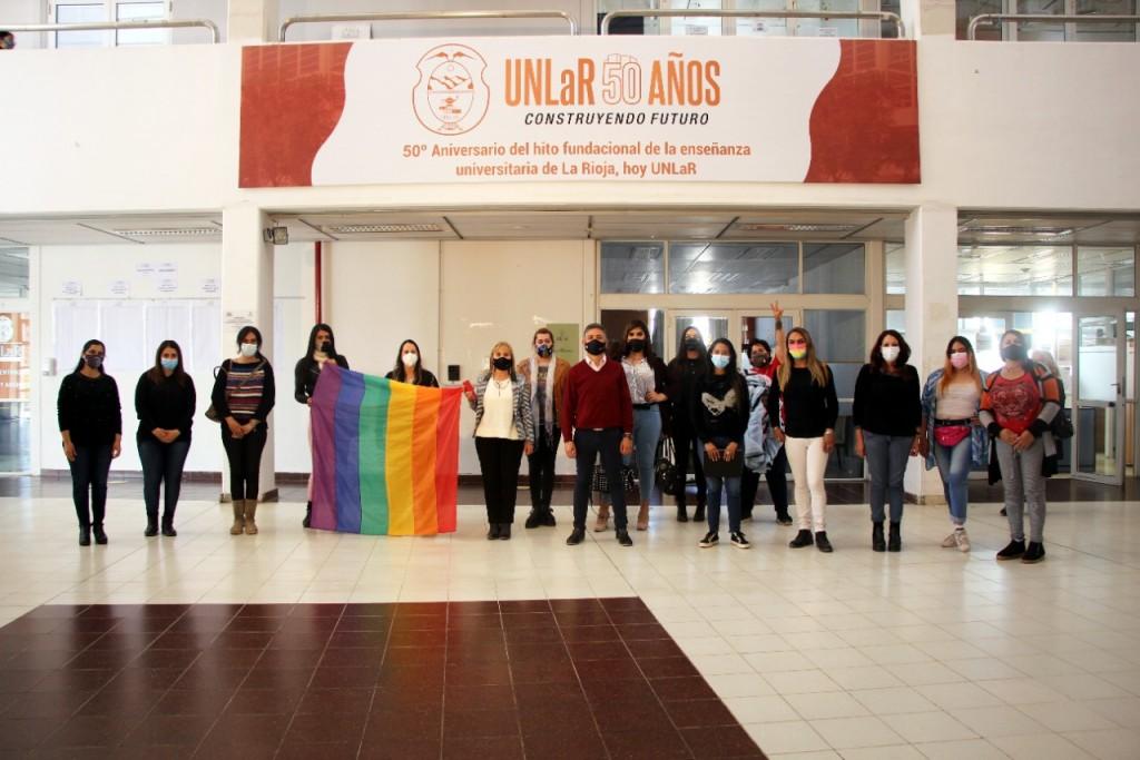 Bandera por la Memoria Trans fue recibida en la UNLaR