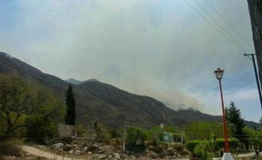 Incendio en la Costa: Denodado trabajo para evitar que el fuego llegue a las zonas pobladas