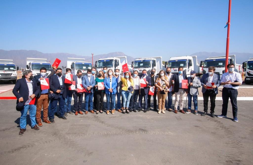 El gobierno provincial entregó maquinaria y camiones a todos los municipios